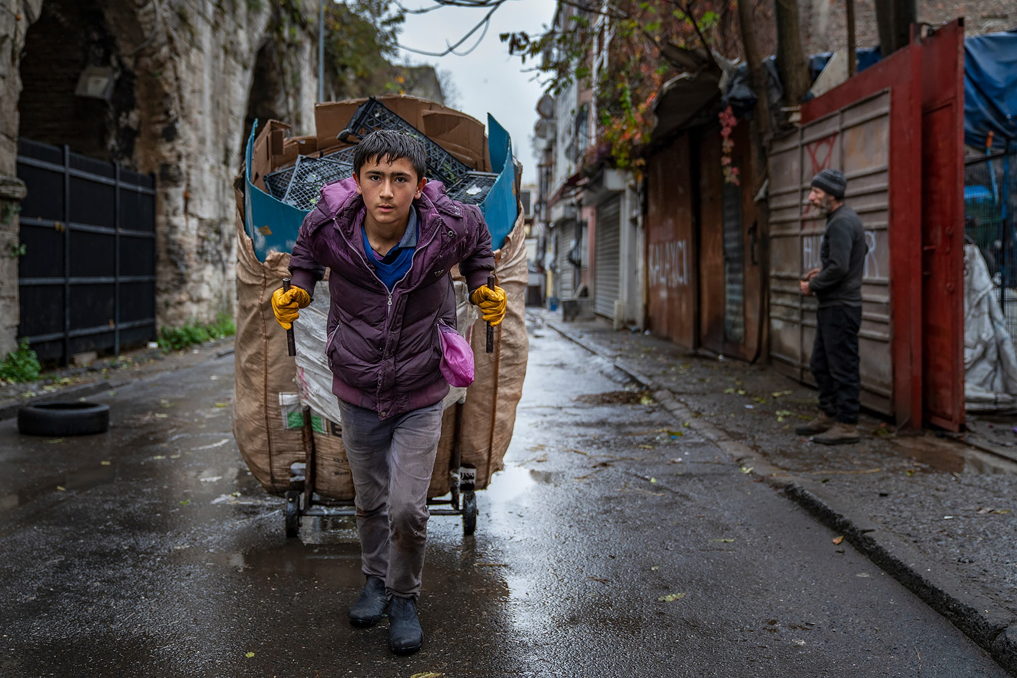 murat pulat sony alpha 7RIII young lad pulling a cart along the street in istanbul