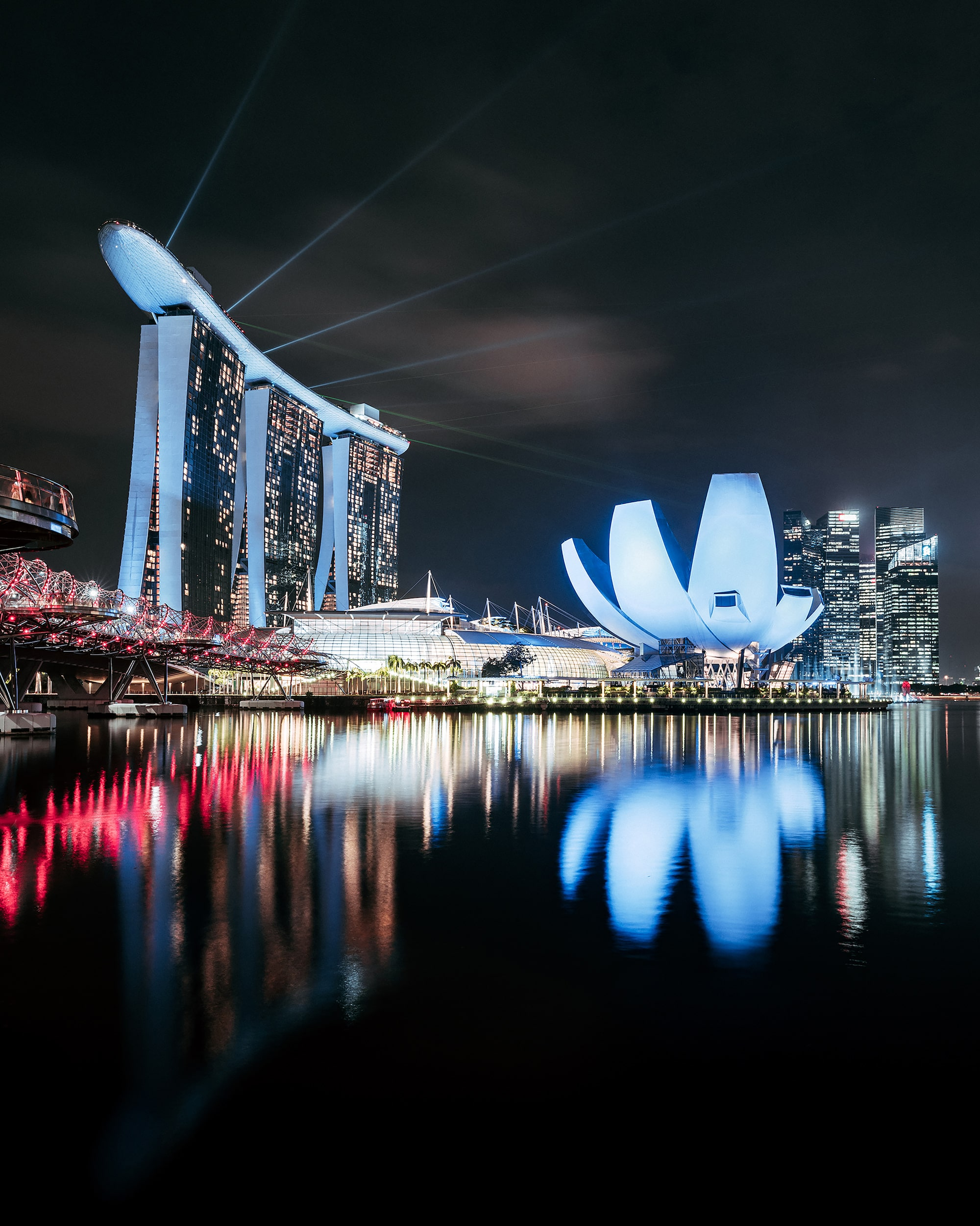 guillaume ruchon sony alpha 7RIII long exposure singapore skyline at night with buildings reflected in the marina