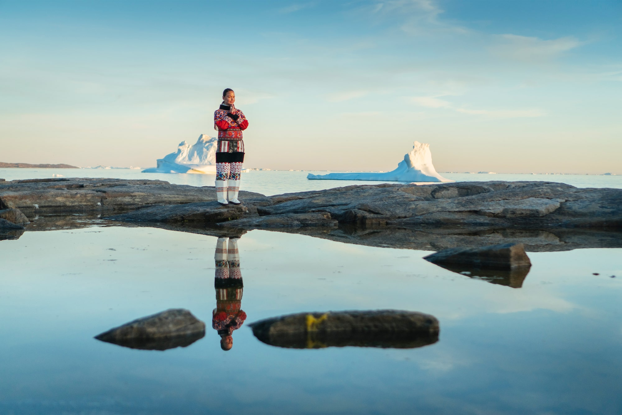 dennis schmelz sony alpha 6500 greenland native lady standing in front of a silent pool