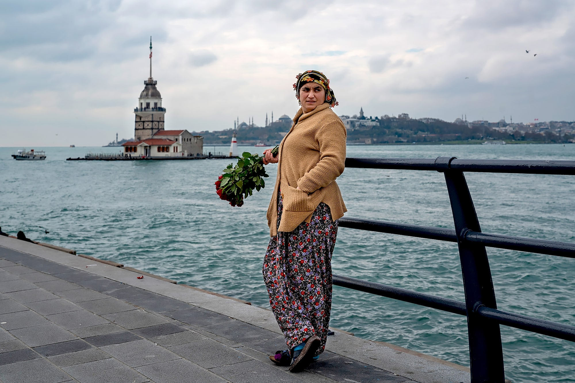 murat pulat sony alpha 7RIII lady standing by the docks in istanbul holding a bunch of roses