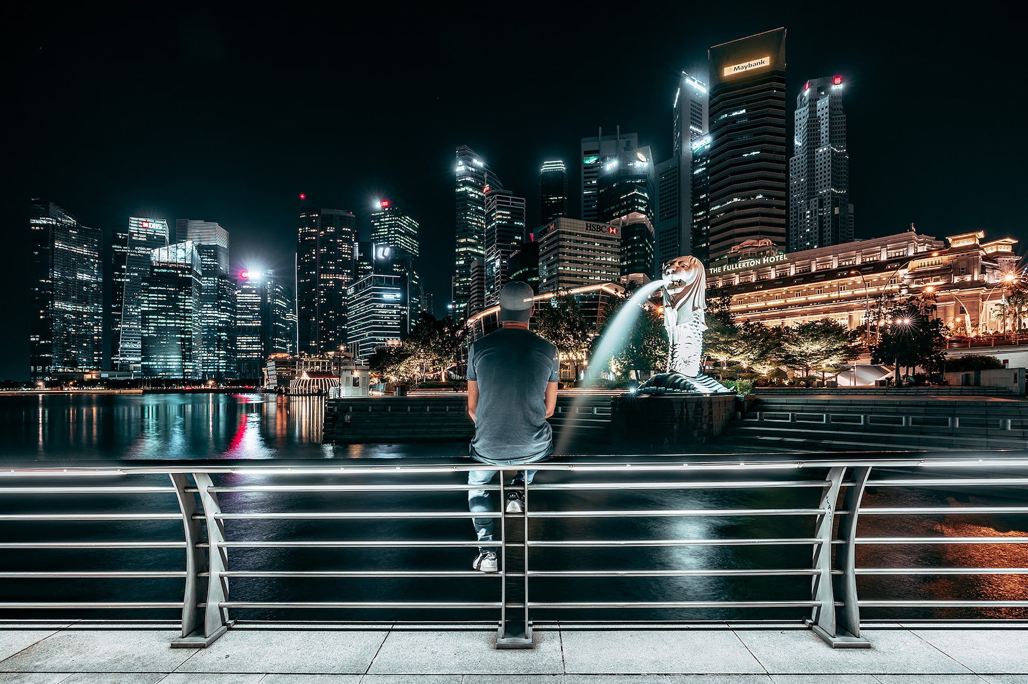guillaume -ruchon sony alpha 7RIII long exposure rear shot of a man sitting on a bridge in singapore at night