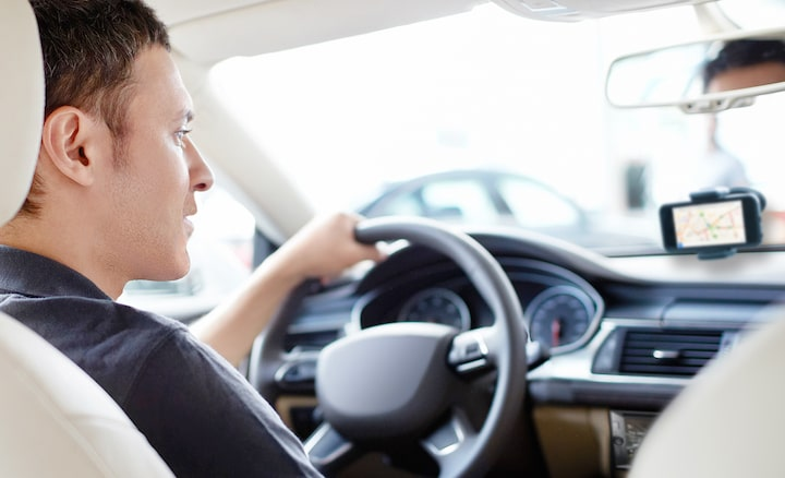 Image of person in car using Siri Eyes Free
